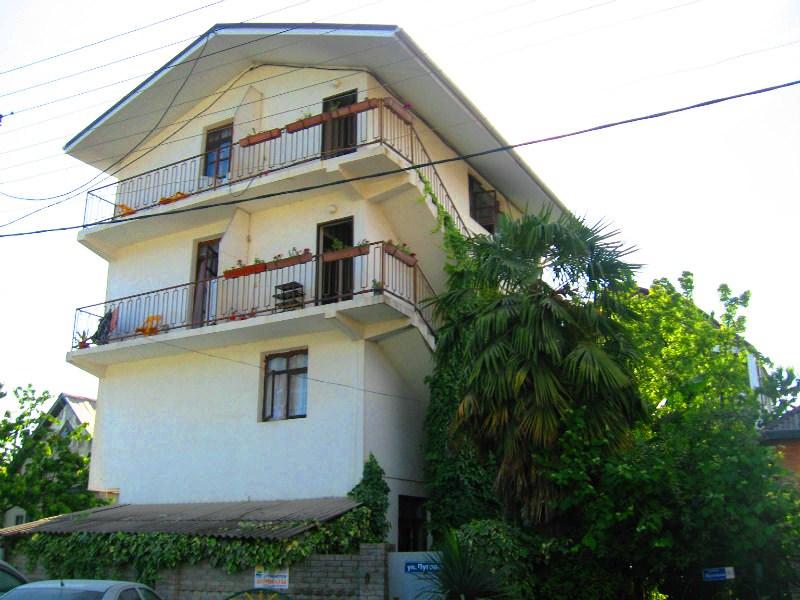 Частный дом анна расположен в тихой курортной зоне адлера, в 5 минутах от моря