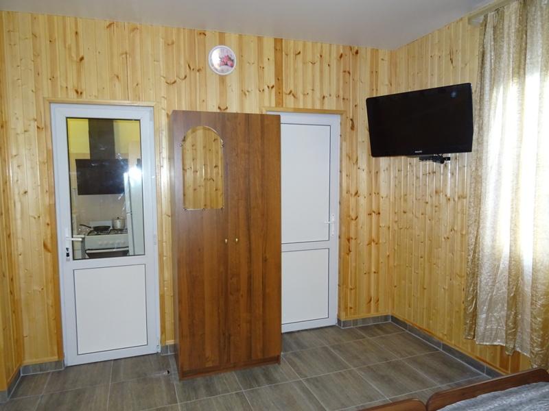 Номерной фонд: в первом здании расположены бюджетные эконом комнаты на гостя и номера с удобствами на гостях.